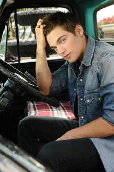 Dylan Sprayberry is so freaking adorable. Amazing that hes only a year younger than me