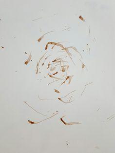 [초코 장미] 휴게소에서 핫초코를사먹은 동생의 빨대를사용함. 마치 종이가 컵의 밑잔이 됐다고생각하여 핫초코를 빨대로 휘젓는 움직임을 나타냄. 결과물이 마치 장미모양을연상시켜 흥미로움.