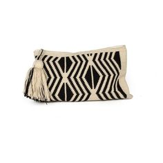 Los Wayuu son un pueblo indígena que habita en lapenínsula de la Guajira, al norte de Colombia.   Realizan estos bolsos a ganchillo, siend...