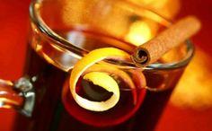 SVÁTEČNÍ,JABLEČNÝ PUNČ 250ml jablečného džusu 250ml červeného vína 100ml rumu 100ml vody 3 lžíce cukru,4 hřebíčky,celá skořice Zahřejeme do bodu varu...NEVAŘÍME! Do každé sklenky dáme plátek jablka...je VÝBORNÝ