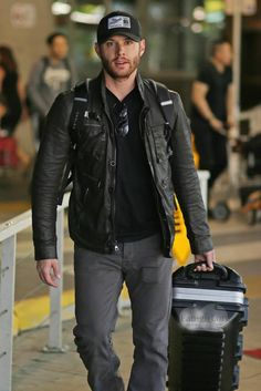 Jensen arriving in Vancouver for Season 10!  photo 5 Credit: http://fan-girl.org/