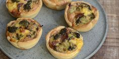 Små broccolitærter i muffinsforme Broccoli, Tapas, Buffet, Bacon, Food, Eten, Meals, Sideboard Buffet, Pork Belly