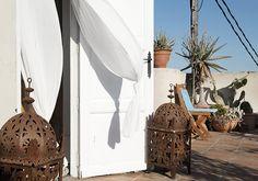 Toegegeven, er zijn maar weinig mensen die in Valencia met hun hoofd omhoog zullen lopen. Toch is dat zeer de moeite waard ontdekten wij. Want in de torentjes op de daken zitten hele bijzondere Bed & Breakfasts verstopt. Slapen in Valencia www.nomadandvillager.com