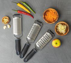 Deze Sareva raspen - 3 stuks kun je gebruiken voor het raspen van verschillende soorten groenten en fruit of natuurlijk voor kaas! De Raspen zijn gemaakt van roestvrij staal en zijn voorzien van een handig anti-sliprandje aan en onderzijde, hierdoor slip je niet weg tijdens het gebruiken van de Sareva raspen - 3 stuks. De kunststoffen handvat zorgt voor een stevig houvast en is voorzien van een handig ringertje aan het einde waar die aan opgehangen kan worden. Garlic Press