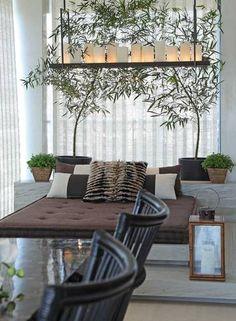 Nesta varanda de Andrea Teixeira e Fernanda Negrelli, o pedido da cliente foi um espaço zen, para relaxar e curtir suas plantas com seus três filhos Foto: Divulgação
