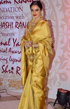Rekha at the Yash Chopra Memorial Award. Beautiful Girl Indian, Beautiful Saree, Beautiful Indian Actress, Beautiful Outfits, Phulkari Saree, Banarasi Sarees, Rekha Saree, Indian Dresses, Indian Outfits