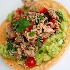 Tostadas de atún, crujientes y con guacamole. | 16 Deliciosas y sencillas recetas con una lata de atún que alegrarán tu día