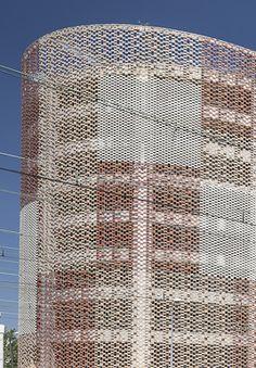 FLEXBRICK. Fachada ventilada/Ventilated facade/Façade ventilée; Celosía colgante/Suspended facade; Fachada ligera/Lightweight facade/Façade légère; Filtro solar/Sunscreen/Filtre solaire
