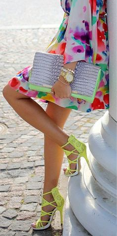 Strap detail high heel mint heels and I love the clutch Looks Street Style, Looks Style, Mint Heels, Neon Heels, Bright Heels, Estilo Floral, Fashion Blogger Style, Fashion Trends, Fashion Pics
