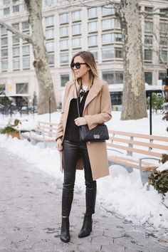 Camel coat, black sweater, jeans and boots outfit. Fall Winter Outfits, Autumn Winter Fashion, Camel Coat, Black Camel, Beige Coat, Mode Blog, Winter Looks, Winter Style, Looks Style