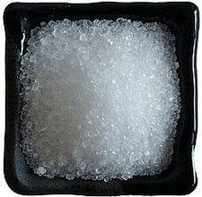 La sal de Epsom fertiliza y alimenta rosas, tomates y pimientos. En general, el magnesio juega un papel en el fortalecimiento de las paredes celulares de las plantas, lo que permite a la planta a tomar los nutrientes que necesita. También ayuda en la germinación de semillas, fotosíntesis y en la formación de frutos y semillas. De cualquier mezcla de 1 cucharada de sal de Epsom en el suelo en el fondo del hoyo cuando se establecen los trasplantes o mezclar con agua y la planta de semillero