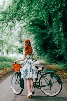 A Clothes Horse. I want the bike, such an amazing colour! Look Retro, Look Vintage, Retro Vintage, Modern Vintage Style, Modern Vintage Clothes, Vintage Bikes, K Fashion, Vintage Fashion, Poses Photo