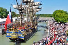 Rochefort : Au terme de dix-sept ans d'un labeur de folie, le chantier touche à sa fin : cet été, le public peut suivre les ultimes travaux de finition et les entraînements, dans la mâture, des futurs marins de l'Hermione. Son premier appareillage et ses essais en mer auront lieu début septembre. Puis la frégate de 66 mètres hors-tout et 1 166 tonnes effectuera sa première escale à Bordeaux, début octobre. Avant de repartir pour l'Amérique, comme La Fayette en 1780, au printemps 2015.