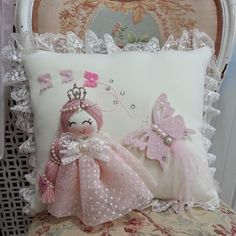 Meleğin Eli: Bebek taki yastigi modelleri Throw Cushions, Diy Pillows, Throw Pillow Cases, Sofa Pillows, Decorative Pillows, Shabby Chic Quilts, Shabby Chic Pillows, Baby Girl Clipart, Baby Mobile