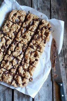 Idiot Proof (not so) Healthy Dark Chocolate Chunk Oatmeal Cookie Bars. Best oatmeal cookie around with NO butter, NO white sugar. Just Desserts, Delicious Desserts, Yummy Food, Vegan Desserts, Baking Recipes, Cookie Recipes, Dessert Recipes, Healthy Sweets, Healthy Baking