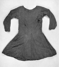 BOCKSTENSMANNENS MANTEL kraftigt ylletyg. Den daterad till 1300-talet. Mått: Längd ca 110 cm. Vidd nertill 380 cm.