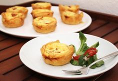 Rezept für blitzschnelle Mini-Quiches aus Blätterteig mit Tomate und Feta