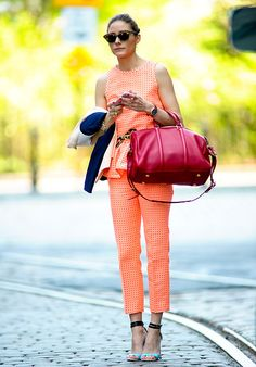 Fashion-Looks: Das Schößchen am Oberteil des apricotfarbenen Hosenanzugs von Olivia Palermo ist der Clou. Die Stil-Ikone kombiniert munter w...
