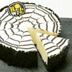 Spider rare cheesecake- Spider cheese cake recipe A rare cheesecake with a spider web pattern that will surprise you if you line it up at a Halloween party. Halloween Party Snacks, Halloween Food For Party, Desert Recipes, Fall Recipes, Creepy Food, Japanese Sweets, Cute Food, Cheesecake Recipes, Desserts