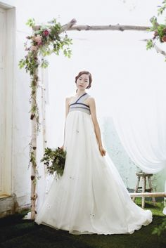 Beautiful arch and lovely hanbok style wedding dress Korean Traditional Clothes, Traditional Dresses, Hanbok Wedding, Wedding Gowns, Korean Dress, Korean Outfits, Modern Hanbok, Korean Wedding, Wedding Styles