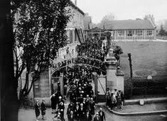 Sortie des employés aux Studios Pathé (Joinville) 1929 Les laboratoires GTC / Joinville le pont 1906 - 2009