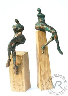 sculptures de femmes assises ou en lévitation sur un socle de bois. Femmes en papier journal patiné bronze, par Vanessa RENOUX