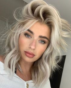 Voluminous Layered Ice Blonde Bob ❤ Do you consider blonde hair blue eyes girl to be the most beautiful in the world? We totally agree with you! Gorgeous blonde never goes out of style especially in combination with baby blue eyes. Beauté Blonde, White Blonde Hair, Blonde Hair Looks, Blonde Hair Girl, Dark Eyebrows Blonde Hair, Short Blond Hair, Blonde Women, Short Platinum Blonde Hair, Blond Girls