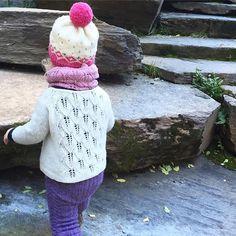Planleggingsdag=kosedag ❤️ Og denne frøkna gjør kosinga til en lek!  Vi prøver for harde livet å bruke opp denne (hvite!) versjonen av #løvfalljakke, men den vokser med henne, er lett å fjerne flekker fra og er utrolig holdbar. 🐑 ❤️ ren ull, altså!  This #fallingleavesjacket proves all the qualities of wool! ❤️ #kongvinterbarnelue #løvfallunge