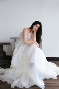 Selfies, Minimal Wedding Dress, Old Fashion Dresses, Girls White Dress, Uzzlang Girl, White Gowns, Formal Dresses, Wedding Dresses, Night Gown