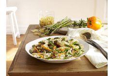 Farfalles aux asperges--------------------------------------Dans ce plat de pâtes vite fait, poivron, tomates séchées et sauce crémeuse mettent en valeur de belle façon les asperges fraîches de saison.