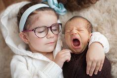 Conheça o trabalho de uma dupla de fotógrafas, que além de fazer ensaios de newborn, retratam junto dos bebês seus irmãos mais velhos de forma encantadora