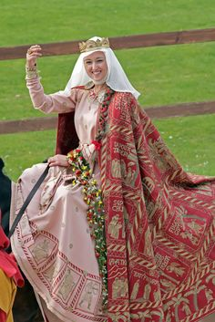 I wonder how medieval these stylings are. Renaissance Clothing, Medieval Fashion, Renaissance Fair, Medieval Costume, Medieval Dress, Medieval Fantasy, Historical Costume, Historical Clothing, Fantasy Costumes