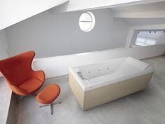 Em acrílico branco, a banheira Novellini Sense 3 Hidro Plus possui entrada para MP3 e programa automático de hidromassagem, que garante 30 minutos de relaxamento progressivo sem a necessidade de qualquer interferência no comando. Disponível em duas versões, com 1,7 m x 0,7 m ou 1,8 m x 0,8 m, o equipamento custa a partir de R$ 11.335, na Ibiza (www.ibizaacabamentos.com.br) | Preços pesquisados em janeiro de 2013 e sujeitos a alterações
