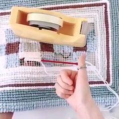 Como fazer tapete com crochê com gráfico Crochet Wool, Tunisian Crochet, Free Crochet, Corner To Corner Crochet, Latch Hook Rugs, Crochet Videos, Diy Embroidery, Knitted Bags, Yarn Crafts