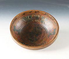 Rosemalt ølbolle med drikkevers innvendig og dat. 1832, Telemark. D: 20,5 cm. Prisantydning: ( 2000 - 3000) Solgt for: 1300