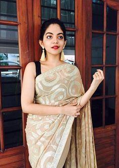 Saree Blouse Patterns, Saree Blouse Designs, Kanchipuram Saree Wedding, Kareena Kapoor Photos, Latest Silk Sarees, Long Indian Hair, Modern Saree, Yellow Saree, Saree Look