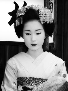 black and white maiko by Aquilina, via Flickr