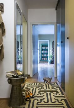 Front hallway accesorized with a handmade pattern carpet,small side table and a big mirror. #hallway #fronthall #sidetable #pattern #patterncarpet #mirror #interior #design #white #homedecor