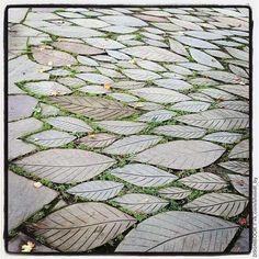 garten pflaster Leaf Paving Stones (Photo by Jennifer Learmonthplease keep the photo credit, even if you repost) Landscape Elements, Landscape Design, Garden Paths, Garden Art, Pavement Design, Paving Pattern, Paving Design, Paving Ideas, Stone Walkway