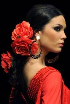 SPAIN / ANDALUSIA / Flamencas - A model presents a creation by Spanish designer Pilar Vera during the 2011 International Flamenco Fashion Exhibition on Wednesday in Seville. Spanish Dancer, Spanish Woman, Spanish Hair, Spanish Dress Flamenco, Spanish Ladies, Spanish Gypsy, Flowers In Hair, Red Flowers, Red Roses