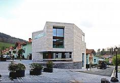 Ayuntamiento de Arama y centro de actividades múltiples  en Plazatio