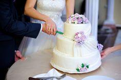 Beautiful #weddingcake in #white with #purple flowers/Hermoso #pasteldeboda en #blanco con flores en #morado