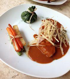 Filete de puerco en salsa de almendras al tequila sobre nopal asado, con costalito de acelgas relleno de queso y atado de verduritas salteadas