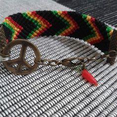 Pulseira em macrame, cores do reggae, peace, pimenta, ouro velho, fecho mosquetinho . <br>Enviar medida do pulso para ajuste da pulseira.