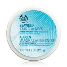 Uma máscara de limpeza profunda que contém algas marinhas e argila naturalmente iónica para remover as impurezas e absorver o excesso de oleosidade. Rica em minerais, especialmente magnésio, ferro e cálcio, que ajudam a reequilibrar e revitalizar a pele. As algas marinhas e a argila atuam como um imã para remover as impurezas dos poros potencializando os benefícios de limpeza e revitalização.