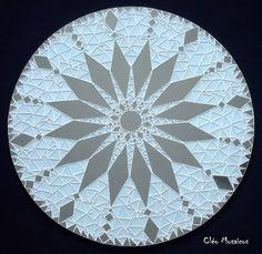 Mandala com 70cm de diâmetro para Decoração de Paredes  Trabalho em Mosaico de Vidro e Espelhos. Base em MDF.  Obs.: Produto para uso em Ambiente Interno. Não expor ao calor e á umidade.