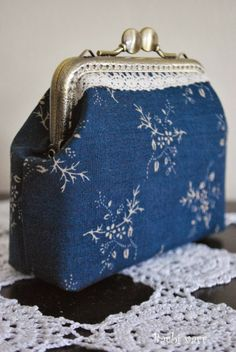 Barbi varr, avagy most másra használom a tűt.: No comment. Coin Purse Pattern, Coin Purse Tutorial, Quilted Gifts, Quilted Bag, Letter Bag, Lace Bag, Frame Purse, Embroidery Bags, Diy Handbag