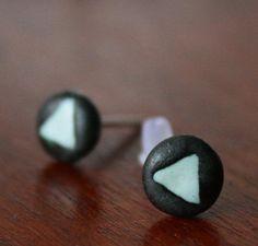 handgefertigte türkis-schwarze Ohrstecker aus Porzellan mit Dreieck