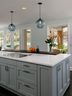 Kitchen Cabinet Color Choices: Shaker Kitchen Cabinets: Pictures, Ideas & Tips From HGTV Kitchen Cabinets Pictures, Kitchen Cabinet Styles, Grey Kitchen Cabinets, Painting Kitchen Cabinets, Kitchen Paint, New Kitchen, Kitchen Decor, White Cabinets, Kitchen Grey