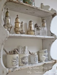 My collection of shakers and English pots. My little white home by Nadine: Keukenhoek Kitchen corner Blanc Shabby Chic, Cottage Shabby Chic, Shabby Chic Homes, Shabby Chic Decor, Kitchen Vignettes, Kitchen Decor, French Decor, French Country Decorating, Kitchen Corner